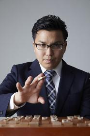 将棋を指す日本人の棋士