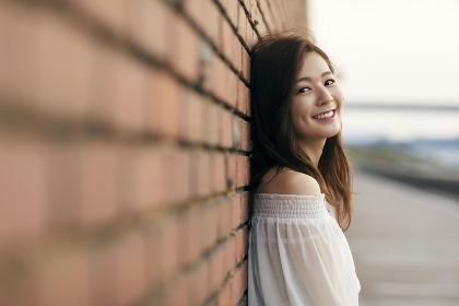 壁にもたれる日本人女性のポートレート