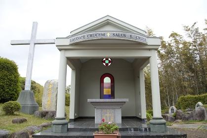 平戸 紐差教会の十字架山と祭壇