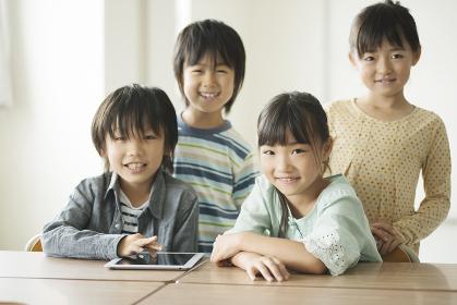 教室で微笑む小学生