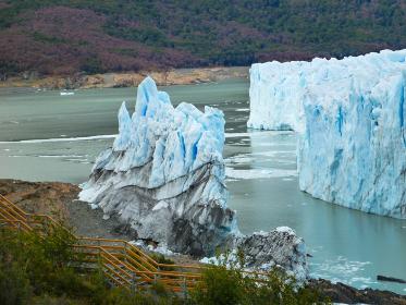 アルゼンチン・パタゴニア地方のペリトモレノにて先端部の氷河崩落クローズアップ