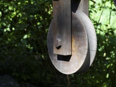 井戸の木製の滑車