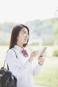 スマートフォンを操作する女子高生