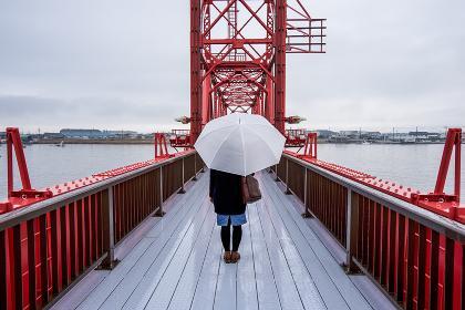 傘をさす女性(後ろ姿・鉄橋)