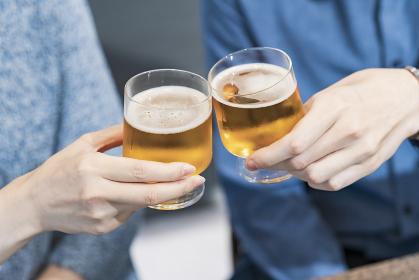 ビールで乾杯する若い男女