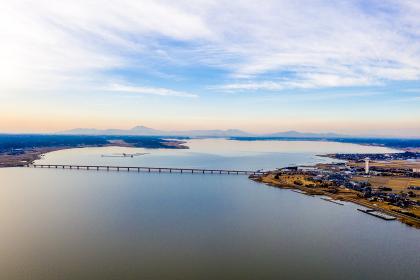 冬の夕暮れの霞ヶ浦にかかる霞ヶ浦大橋と遠方の筑波山(茨城県)
