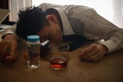 酔いつぶれて眠る男性