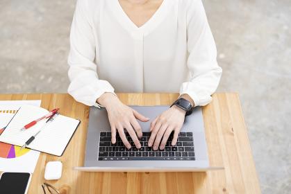 ノートパソコンを使って仕事をする女性