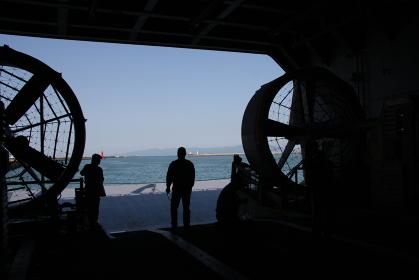 海上自衛隊の輸送艦LST4002「しもきた」後部ランプから和歌山港