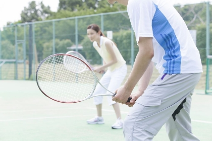 テニスをする男女