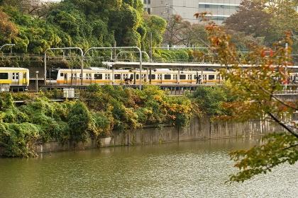 東京の外堀を走る電車