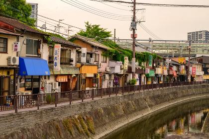 レトロな折尾駅堀川運河沿いの飲食店街