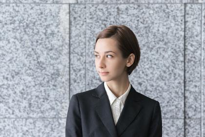 遠くを見つめる若い女性(ビジネスイメージ)