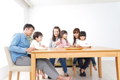 ホームパーティーをする親子