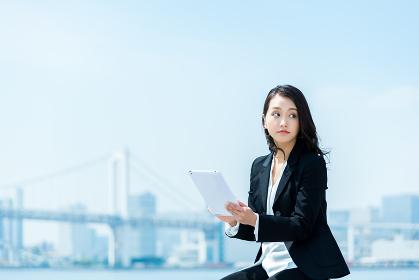 タブレット端末を操作する女性