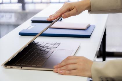 定時なので業務を終わらせノートPCを閉める女性【2020】