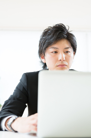 ラップトップコンピューターを見る男性 ビジネス