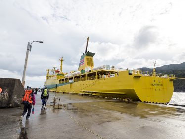 八丈島の底土港から貨客船の橘丸に乗船する観光客 (伊豆諸島 八丈島)