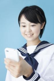 スマートフォンを操作する女子中学生
