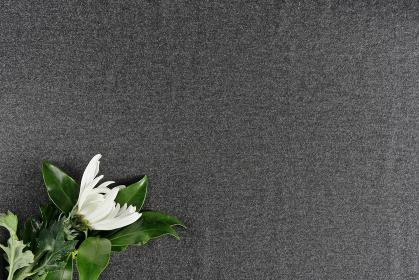 机に置かれた菊とシキミ 4