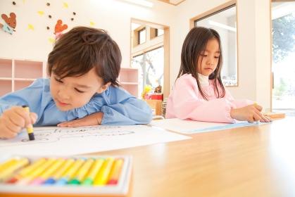 お絵描きをする幼稚園児