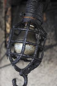 油汚れの裸電球
