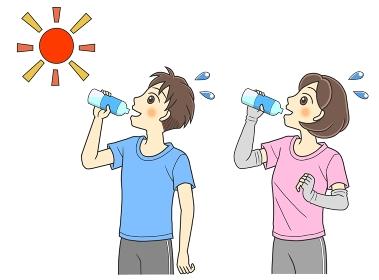 屋外で水分補給するTシャツの若い男女