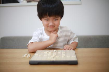 将棋を指す男の子
