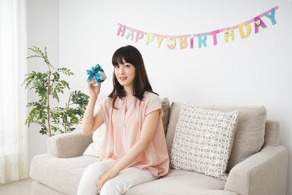 誕生日を祝ってもらう若い女性