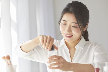 ネイルケアをする日本人女性