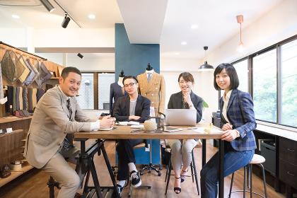 笑顔で働く4人の男性と女性(グループ・仕事・チームワーク)