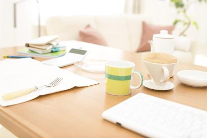 コーヒーセットのあるテーブルイメージ