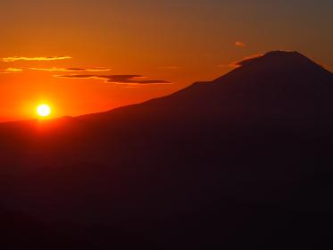 太陽が沈む直前の富士山