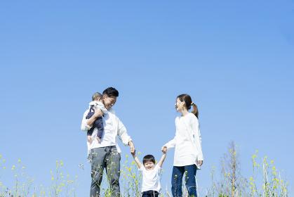 楽しそうにはしゃぎながら散歩する家族