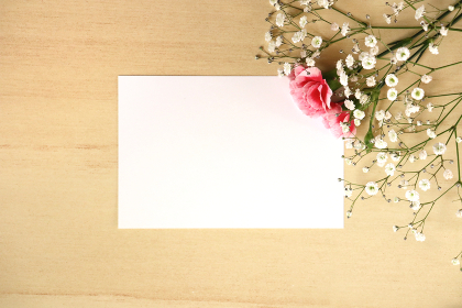 カーネーションとカスミソウの花束とカード 5