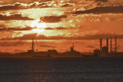 タンカーと朝日