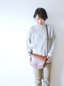 ハンドバッグを持つ笑顔の女性