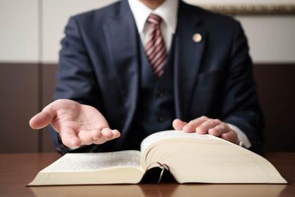 救いの手を差し伸べる弁護士の手元