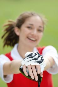 ゴルフグローブをつけている女性