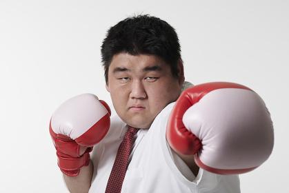 ボクシングをするビジネスマン