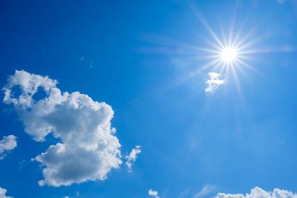真夏の青空と太陽 背景素材 8月 コピースペース