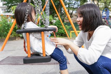 屋外で遊ぶ子供