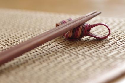 和風のランチョンマットに置かれた箸と箸置き