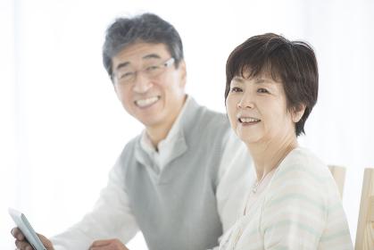 微笑むシニア夫婦