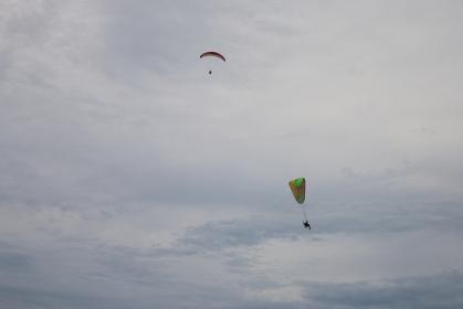 曇り空でのパラグライダー