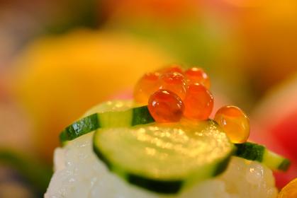 きゅうりとイクラがのった手作りのお寿司