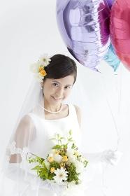 風船を持って微笑む花嫁