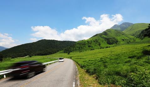 真夏の空と山と道と車