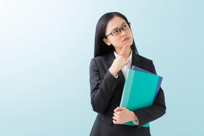 ファイルを持つ女性 ビジネス 考える