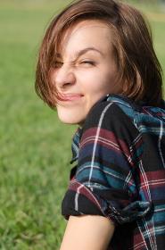 笑顔の女性(芝生バック)
